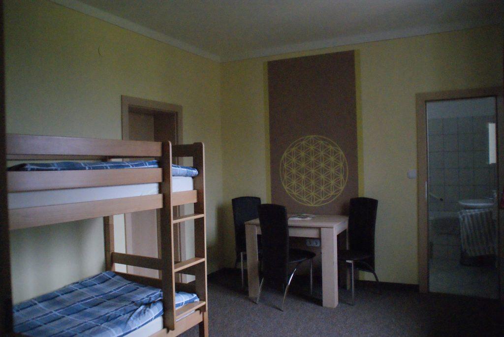 Stockbett mit Eingang und Zugang zum Bad